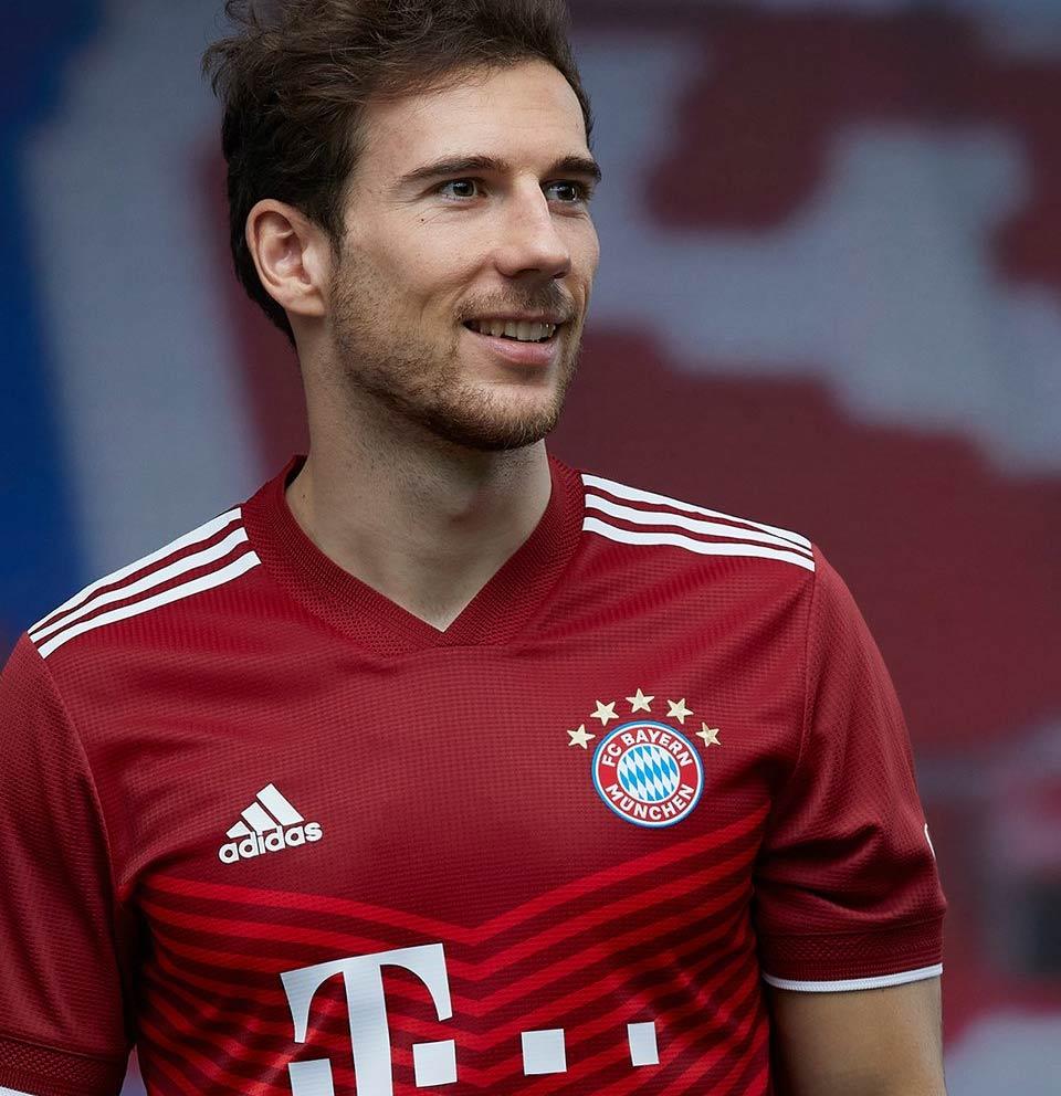 Maglia Bayern Monaco 2021-2022 con le 5 stelle sullo stemma