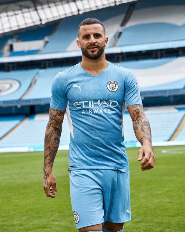 Walker con la nuova maglia del City 2021-2022