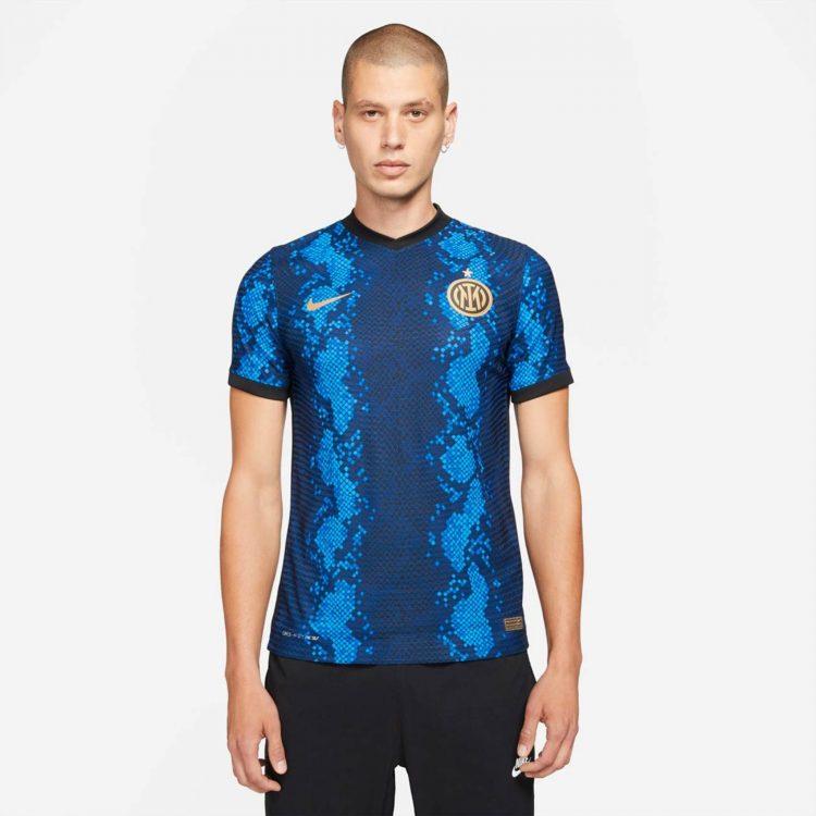 La maglia dell'Inter indossata