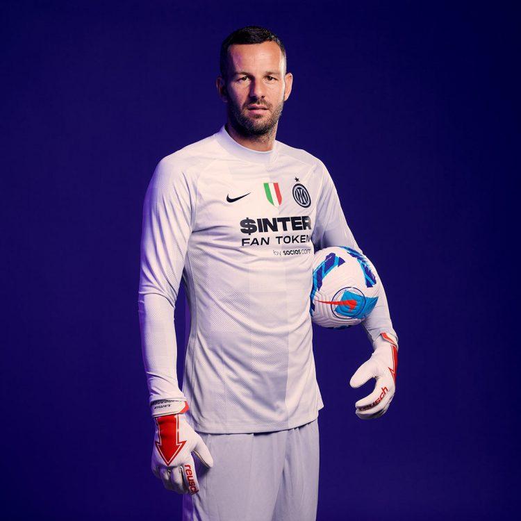 Handanovic con la nuova maglia sponsor Socios.com