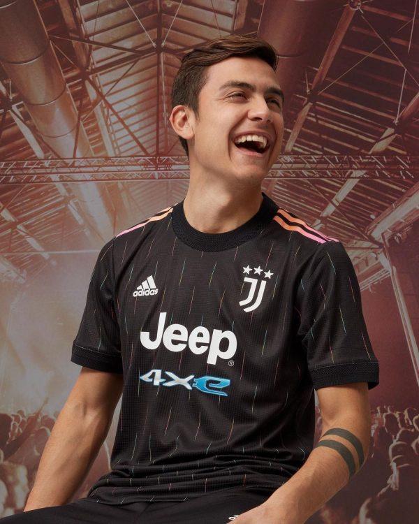 Dybala con la nuova maglia away della Juve