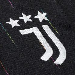Lo stemma J sulla maglia nera della Juve