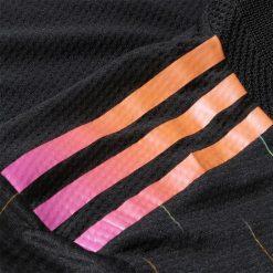 Le strisce Adidas cangianti sulla maglia della Juve