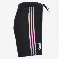 Le strisce iridescenti sui pantaloncini della Juve