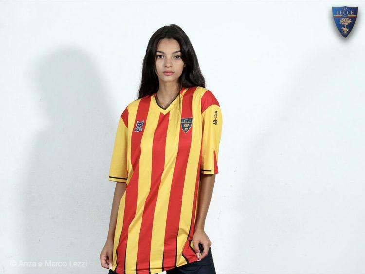 Modella con la nuova maglia del Lecce 2021-22