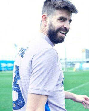 Piquè con la nuova maglia da trasferta del Barcellona