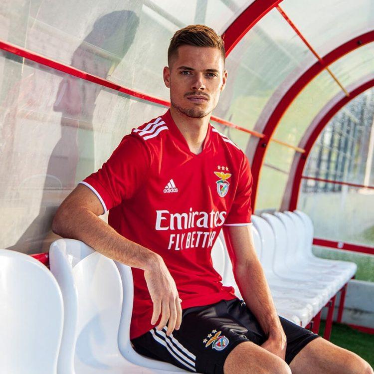 La nuova maglia del Benfica 2021-2022 indossata