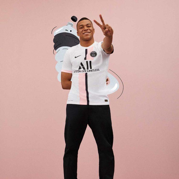 Mbappè con la maglia del PSG da trasferta