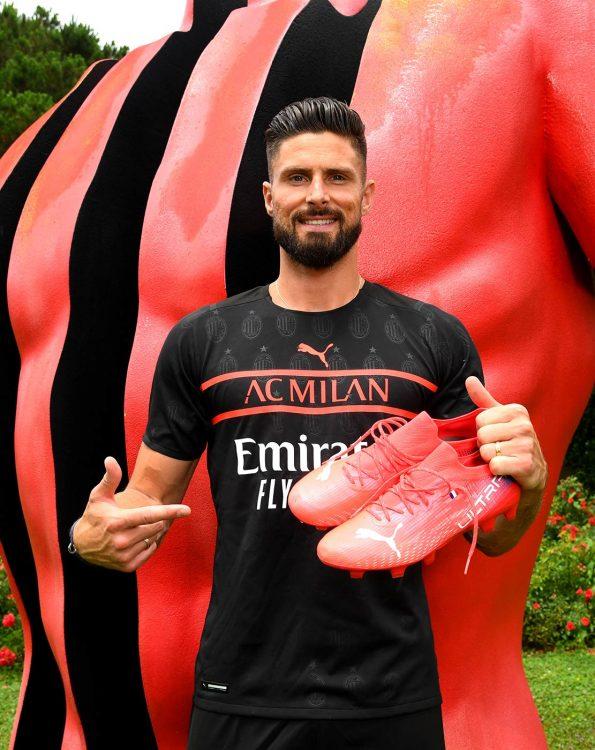 Giroud indossa la terza maglia del Milan 2021-22