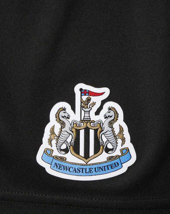 Logo ricamato sui pantaloncini Newcastle