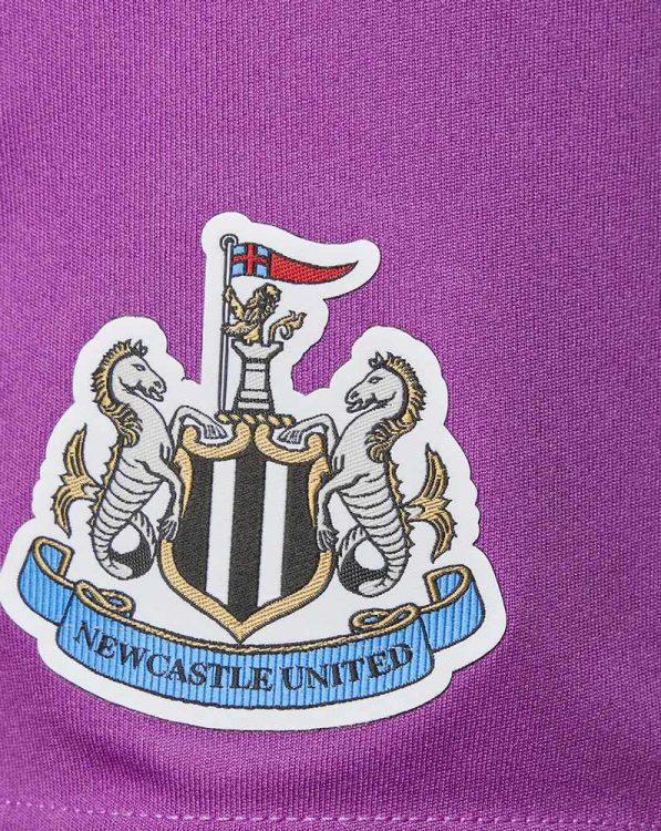 Lo stemma del Newcastle sui panta portiere