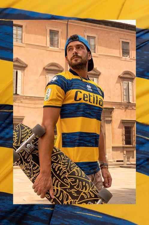 Le strisce gialloblù sulla maglia away del Parma