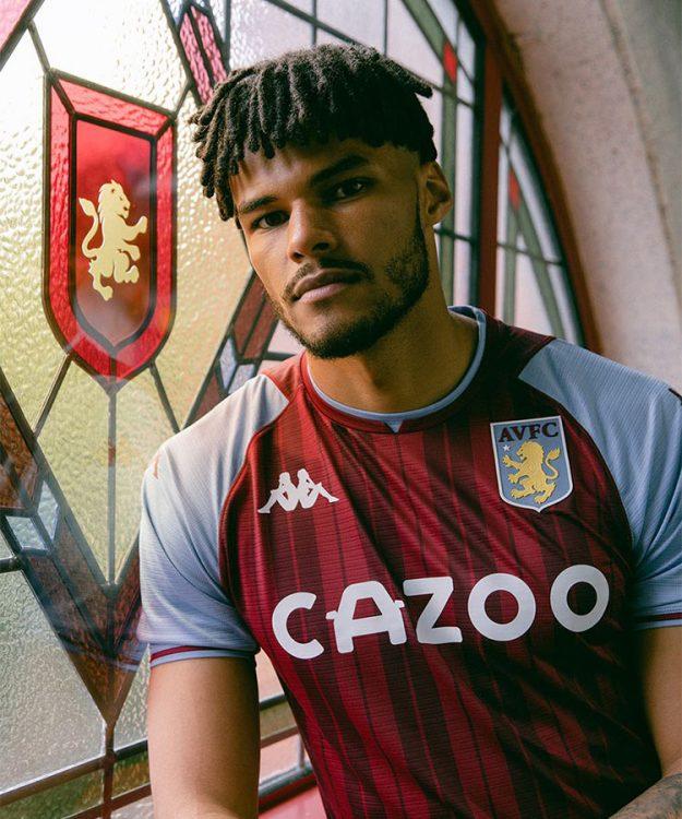 La nuova maglia dell'Aston Villa 2021-2022