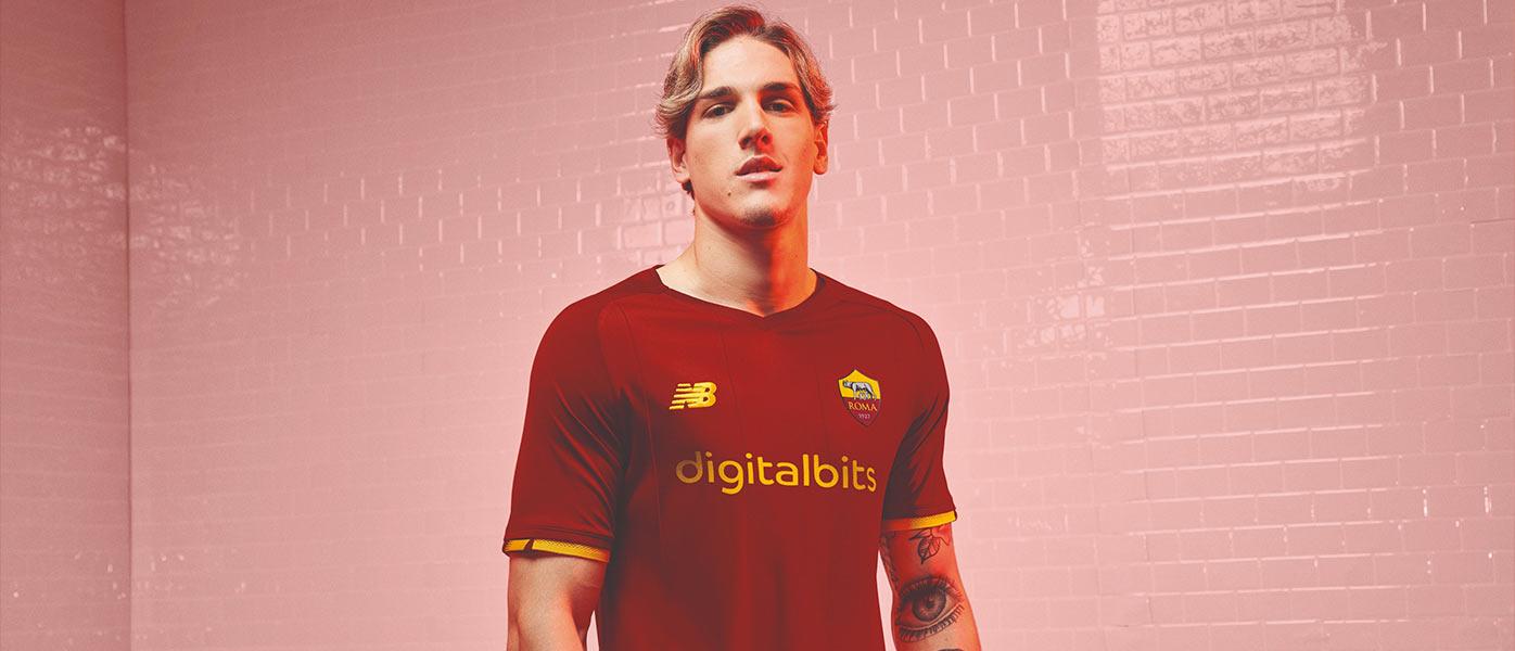 Zaniolo con la nuova maglia della Roma 2021-2022