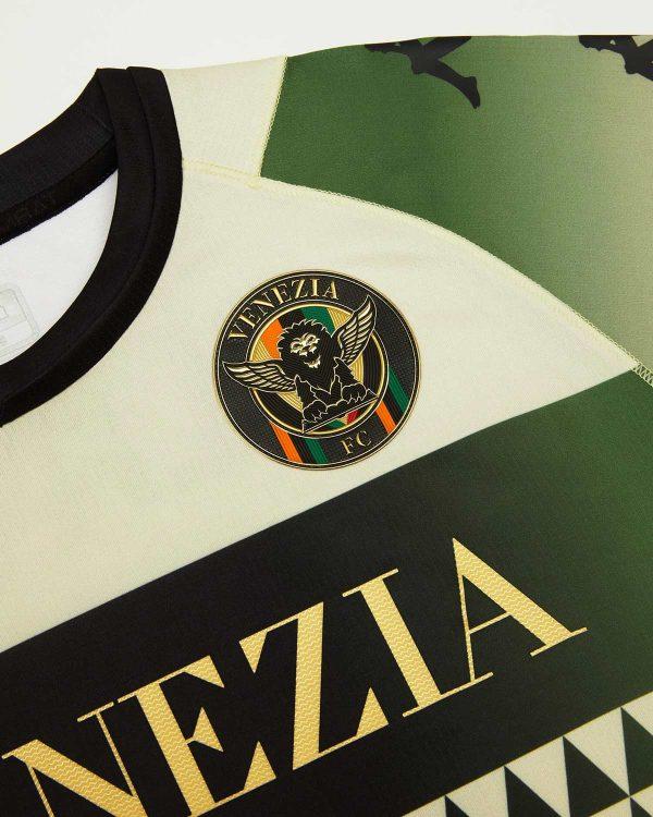 Lo stemma del Venezia FC sulla maglia away