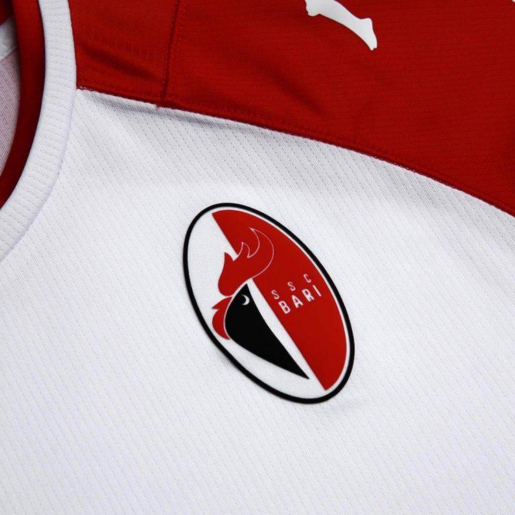 Lo stemma sulla maglia del Bari