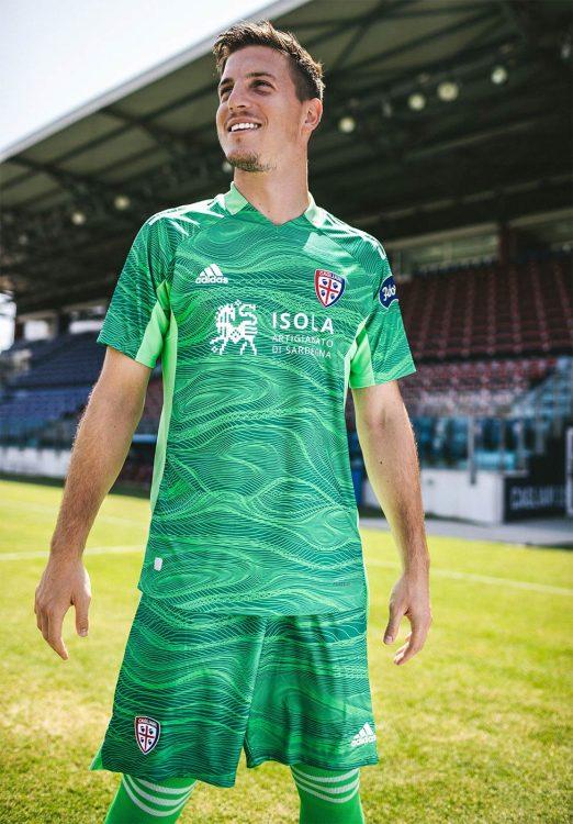 Cragno con la maglia del Cagliari verde da portiere