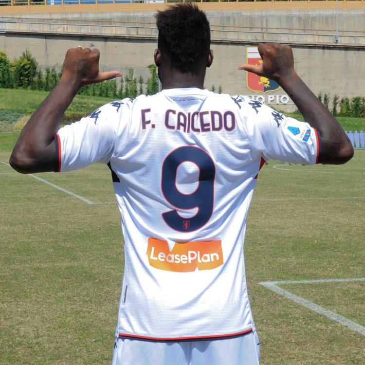 Caicedo con la maglia del Genoa away