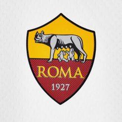 Lo stemma della AS Roma sulla maglia away