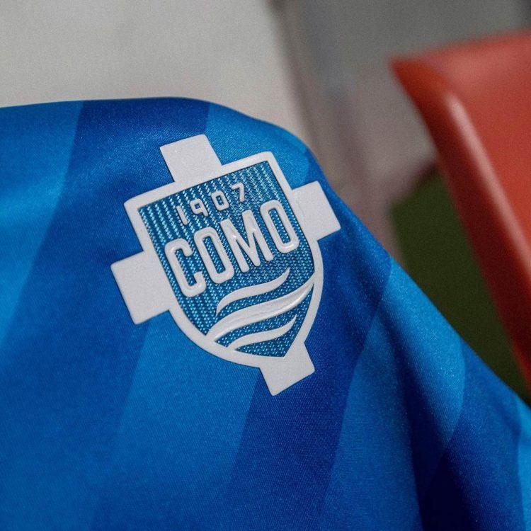 Logo Como sulla maglia azzurra