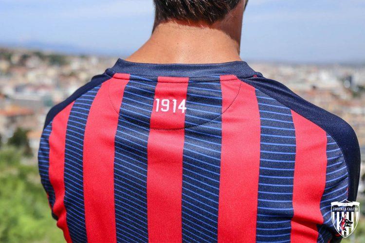 Il retro della nuova maglia del Cosenza 1914