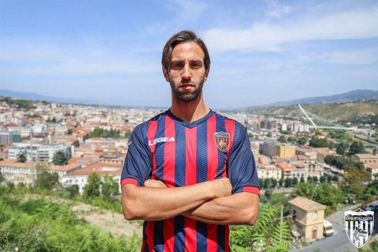 La nuova maglia del Cosenza 2021-2022 in Serie B